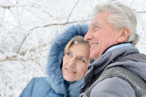 Couple aîné dans la neige