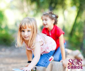 Des enfants qui jouent dehors l'été