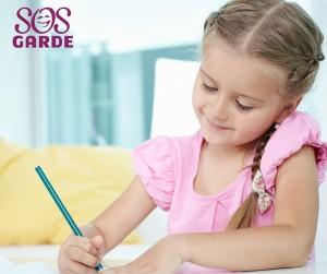 fille qui fait ses devoirs