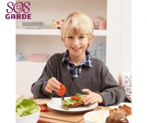 Enfant qui prepare un sandwich